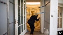 Агент спецслужб оглядає Овальний кабінет Білого дому