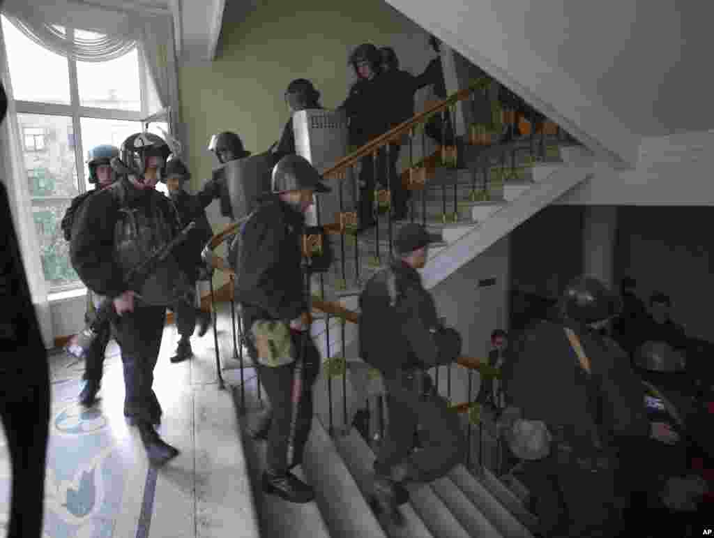 A group of Ukrainian police officers leave the administration building which has been captured by Pro-Russian activists in the center of Luhansk, Ukraine, April 29, 2014.