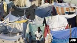 海地灾民在太子港高尔夫球场上搭了许多临时帐篷
