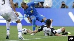 Neymar, de la selección de Brasil, busca sacudirse la marca de Johnny Acosta, de Costa Rica, durante un partido del Mundial efectuado el viernes 22 de junio de 2018, en San Petersburgo, Rusia (AP Foto/Andre Penner)