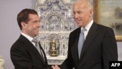 Віце-президент Байден під час зустрічі з президентом Медведєвим неподалік Москви