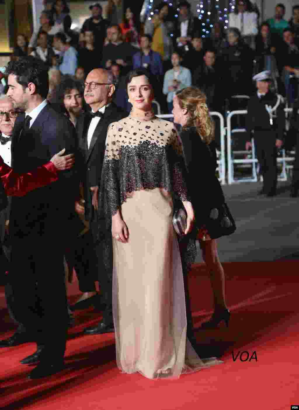 ترانه علیدوستی روی فرش قرمز جشنواره فیلم کن در فرانسه.