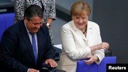 Kanselir Jerman Angela Merkel dan Wakil Kanselir Sigmar Gabriel dalam pertemuan puncak Uni Eropa (7/7). Berlin, Jerman. (foto: REUTERS/Hannibal Hanschke)