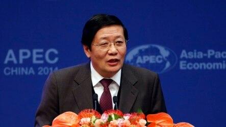 រដ្ឋមន្រ្តីក្រសួងហិរញ្ញវត្ថុចិន លោក Lou Jiwei ថ្លែងសុន្ទរកថាក្នុងពេលបើកកិច្ចប្រជុំរវាងរដ្ឋមន្ត្រីហិរញ្ញវត្ថុនៃកិច្ចសហប្រតិបត្តិការសេដ្ឋកិច្ចតំបន់អាស៊ីប៉ាស៊ីហ្វិក ហៅកាត់ថា APEC ក្នុងទីក្រុងប៉េកាំងនៅថ្ងៃទី២២ ខែតុលា ឆ្នាំ២០១៤។