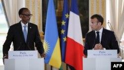 Le président rwandais Paul Kagame et le président français Emmanuel Macron tiennent une conférence de presse conjointe après leur rencontre à l'Elysée à Paris, le 23 mai 2018.