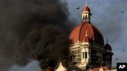 هوتێلی تاج محهلی شـاری مۆمبای هیندسـتان له دهمی هێرشهکهی 27 ی مانگی یازدهی سـاڵی 2008 ، (ئهرشیفی وێنه)