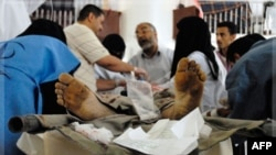 Người bị thương trong trong vụ tấn công bằng súng cối tại một bệnh viện ở thủ đô Sanaa, ngày 4/10/2011