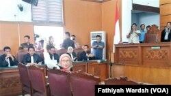 Ratna Sarumpaet, terdakwa kasus dugaan penyebaran berita bohong atau hoaks, menghadiri sidang perdana di Pengadilan Negeri Jakarta Selatan, Kamis, 28 Februari 2019. (Foto: Fathiyah Wardah/VOA)