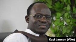 Fabrice Ebeh, directeur exécutif de l'alliance nationale des consommateurs et de l'environnement, à Lomé, Togo, le 20 février 2017. (VOA/Kayi Lawson)
