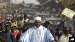 Rais wa Senegal Abdoulaye Wade akiwa amezungukwa na waunga mkono wake na walinzi akisafiri katika vituo mbali mbali wakati wa kampeni huko Senegal.