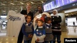 Tư liệu- Đại sứ Mỹ tại Jordan bà Alice Wells chụp ảnh cùng với một gia đình tỵ nạn người Syria Ahmad al Aboud tại phi trường Queen Alia, thuộc Amman, Jordan, ngày 6 tháng 4 năm 2016. Gia đình nào đang đến Mỹ để được định cư.