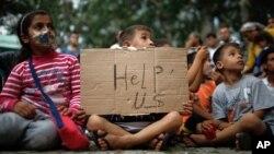 Những đứa trẻ trong cuộc biểu tình của người di cư tại một sân vận động khi họ chờ đợi để đi xuống đường cao tốc về biên giới phía tây của Thổ Nhĩ Kỳ với Hy Lạp và Bulgaria, ở Edirne, Thổ Nhĩ Kỳ, ngày 21/9/2015.