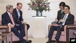 美國國務卿克里在東京會見日本首相安倍晉三。(資料照片)