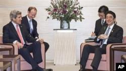 美國國務卿克里(左) 在東京會晤了日本首相安倍晉三(右).