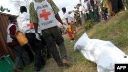 Bayi Croix Rouge bazali kolokota nzoto ya baye bakufaki na bitumba ya ba Banyamulenge pene na Bukavu, Sud-Kivu, 30 mai 2004