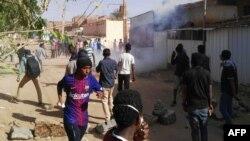 La police disperse des manifestants à coup de gaz lacrymogènes à Khartoum, Soudan, le 24 février 2019.