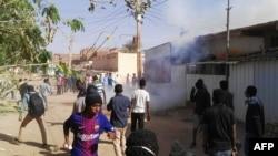 La police dispersent des manifestants à coup de gaz lacrymogène à Khartoum, Soudan, 24 février 2019.