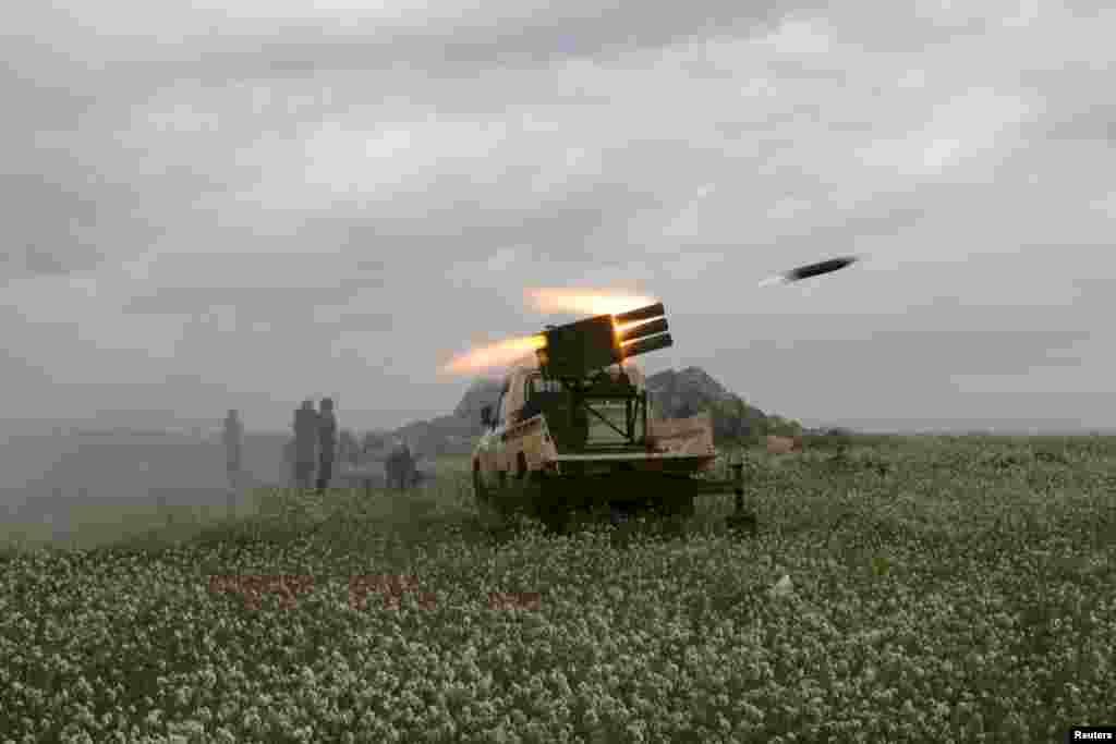جنگجويان ارتش آزاد سوريه به سمت نيروهای وفادار به رئيس جمهوری بشار اسد در بصری الشام، در ايالت درعا، موشک پرتاب میکنند -- ۱ فروردين ۱۳۹۴ (۲۱ مارس ۲۰۱۵)