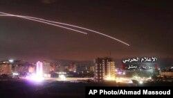 Arhiva - Na ovoj fotografiji, koju je objavio Sirisjki centralni vojni medij, vide se rakete kako lete preko neba, dok izraelski projektili pogađaju pozicije vazdušne odbrane i druge vojne baze u Damasku, Sirija, 10. maja 2018.