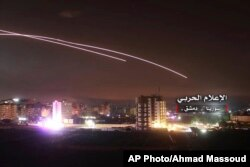 Esta foto, entregada el jueves 10 de mayo de 2018 por los medios militares centrales sirios controlados por el gobierno, muestra que misiles elevándose al cielo cuando misiles israelíes alcanzan una posición de defensa aérea y otras bases militares en Damasco, Siria.