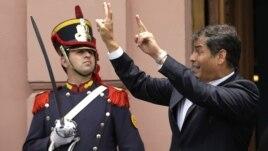 El presidente ecuatoriano Rafael Correa saluda al público en la Casa Rosada, en Buenos Aires, donde visitó para recibir un premio por la libertad de prensa.
