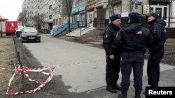 6일 러시아 상트페테르부르크 주거지역을 경찰이 수색하고 있다.
