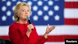 Hillary Clinton berpidato pada kampanye di Haverford, Pennsylvania, Selasa (4/10).
