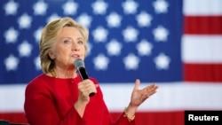 民主党总统候选人希拉里·克林顿在宾西法尼亚州的一个竞选集会上回答与会民众的问题。(2016年10月4日)