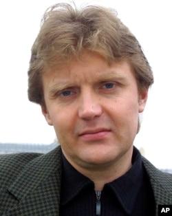 """Tư liệu: Ông Alexander Litvinenko, cựu gián điệp KGB, và tác giả của quyển """"Blowing Up Russia: Terror From Within"""", ảnh chụp tại nhà ông ở London ngày 10/5/2002. Ông bị dầu độc chết ngày 22/11/ 2006"""