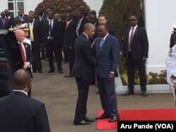 Kenyan President Uhuru Kenyatta, right, welcomes U.S. President Barack Obama to the State House in Nairobi, July 25, 2015. (Photo: Aru Pande / VOA)