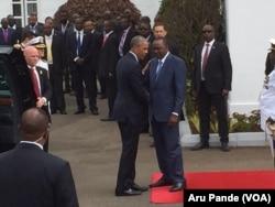 Kenyan President Uhuru Kenyatta, right, welcomes U.S. President Barack Obama to the State House in Nairobi, July 25, 2015. (Photo: Aru Pande / VOA)