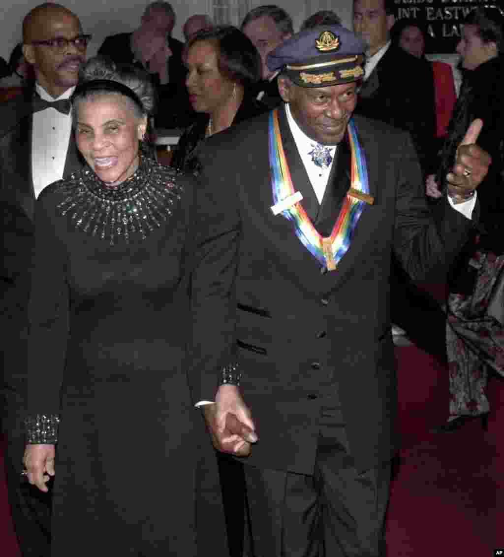 Чак Берри с женой Теметтой в Кеннеди-центре, на вручении наград деятелям искусств, 3 декабря 2000. (AP Photo/Stephen J. Boitano)