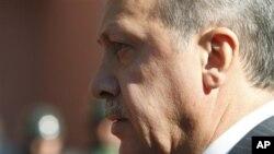 ນາຍົກລັດຖະມົນຕີ Turkey ທ່ານ Recep Tayyip Erdogan ຍ່າງຢູ່ທາງນອກຫ້ອງການຂອງທ່ານທີ່ນະຄອນ ຫຼວງອັງກາຣາ (8 ກັນຍາ 2011)