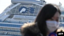 ဂ်ပန္ႏုိင္ငံ ယုိကုိဟားမားတြင္ ဆုိက္ကပ္ထားသည့္ Diamond Princess အေပ်ာ္စီးသေဘၤာႀကီး။ (ေဖေဖာ္ဝါရီ ၂၁၊ ၂၀၂၀)
