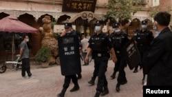 中國警察在新疆喀什老城巡邏。(2021年5月4日)