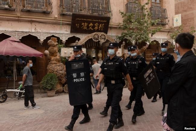 中国警察在新疆喀什老城巡逻。(2021年5月4日)