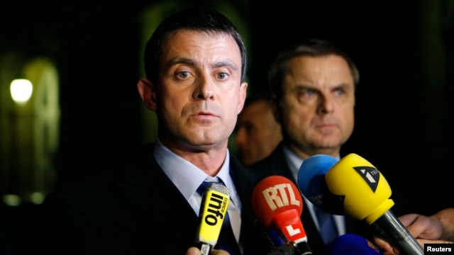 French Interior Minister Manuel Valls (L) and Christian Flaesch, director of the Paris judiciary police, attend a news conference at the headquarters of the Paris police, Nov. 21, 2013.
