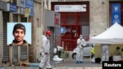 Forenzičari ispred stana u pariskom predgrađu San Deniju u kojem je izvršena policijska racija