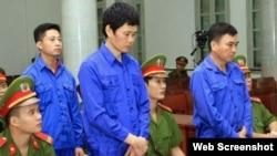 Các bị cáo trong vụ án quan chức ngành đường sắt nhận hối lộ nghe tuyên án. (Ảnh chụp màn hình trang web tuoitre.vn)