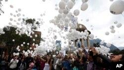 Para pendukung perjanjian perdamaian antara pemerintah dan Pasukan Bersenjata Revolusioner Kolombia (FARC) melepaskan balon untuk mendukung perjanjian itu pada referendum di Bogota, Kolombia, Kamis, 29 September 2016.