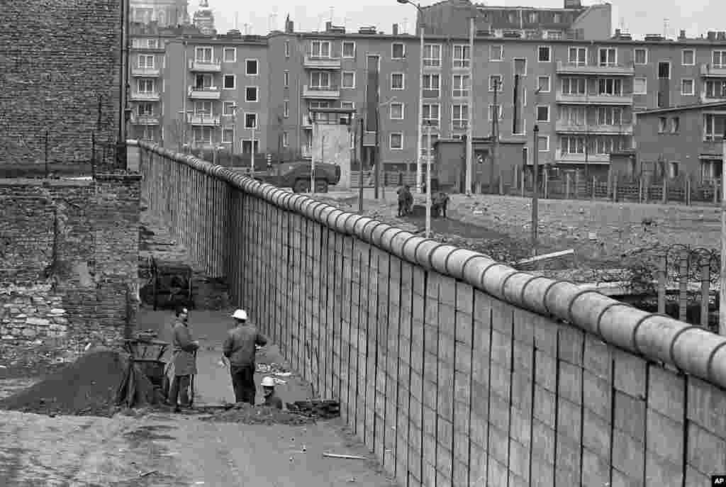 سال ۱۹۶۷ و در میان جدایی برلین شرقی و غربی، حزب کمونیست هفتمین کنگره خود را در برلین شرقی برگزار کرد