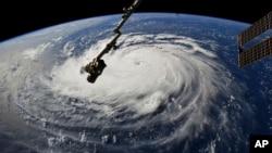 美國美國太空總署提供的一張來自國際太空站的照片顯示,2018年9月10日,颶風佛羅倫薩襲擊了美國東海岸。