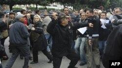 Cảnh sát đối mặt với người biểu tình tại thủ đô Tunis, ngày 18/1/2011