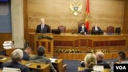 Novi crnogorski premijer Zdravko Krivokapić u Skupštini Crne Gore (Foto: VOA)