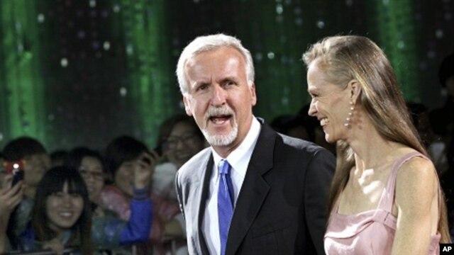 Đạo diễn James Cameron đi cùng vợ là bà Suzy Amis trên thảm đỏ tại Liên hoan phim Quốc Tế Bắc Kinh ở Bắc Kinh, 23/4/2012.