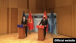 Evropski komesar za proširenje Oliver Varhelji i crnogorski premijer Zdravko Krivokapić na konferenciji za novinare u Podgorici, 4. maj 2021. (Foto: VOA/Predrag Milić)