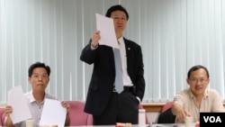 """""""兩岸政策協會""""理事長童振源(中)(美國之音楊明攝)"""