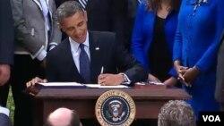 Obama firmó la ley acompañado por representantes del Partido Republicano, en un inusual acto de corte bipartidista.