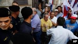 그리스가 유럽연합의 구제금융안을 수용할 지 결정할 국민투표를 실시하는 가운데, 3일 아테네에서 구제금융안에 반대하는 시위대가 경찰과 몸싸움을 벌이고 있다.
