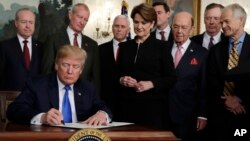 Президент США Дональд Трамп подписал распоряжение о новых пошлинах на торговлю с Китаем. Белый дом, Вашингтон. 22 марта 2018 г.